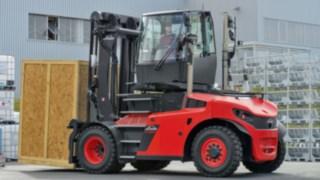 Os empilhadores de cargas pesadas com cabina rotativa facilitam a manobra de marcha-atrás com grandes cargas, aumentando assim a produtividade.