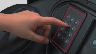 Imagem detalhada de um teclado de introdução de PIN, através do qual o condutor desbloqueia o equipamento.