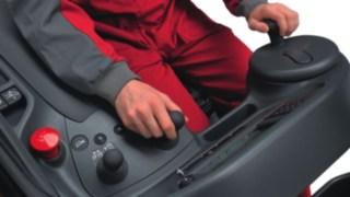 Posto de trabalho do condutor num empilhador retráctil
