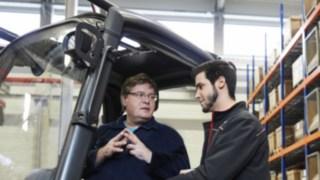 Condutor de empilhador em formação com um consultor da Linde