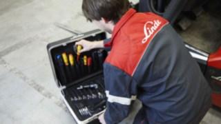 Técnico de assistência de empilhadores com a sua mala de ferramentas