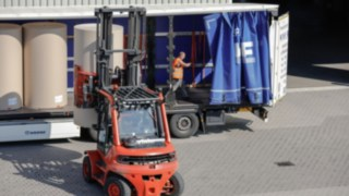 Um equipamento de movimentação de cargas da Linde a descarregar um camião.