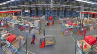 Fluxo de materiais num armazém com equipamento da Linde Material Handling