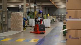 Empilhador automatizado da Linde a efetuar carregamento