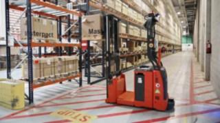 Stacker autónomo L-MATIC AC da Linde Material Handling em funcionamento na Schneider Electric