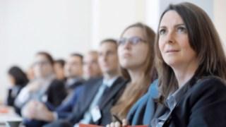 Empregados da Linde durante uma reunião