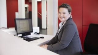 Colaboradora da Linde na receção com computador