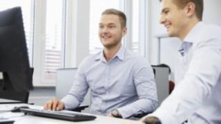 Reunião de colaboradores da Linde à secretária, com computador