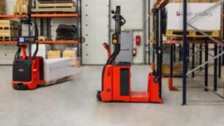 Empilhadores automatizados da Linde Material Handling com tecnologia de controlo a laser.